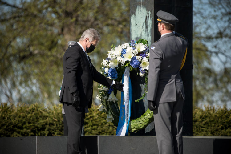 Republikens president Sauli Niinistö nedlade en krans vid Hjältekorset på Sandudds begravningsplats för att hedra de stupades dag söndagen den 16 maj 2021. Foto: Matti Porre/Republikens presidents kansli