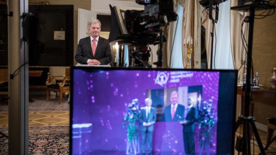 Tasavallan presidentti Sauli Niinistö jakoi Millennium-teknologiapalkinnon virtuaalisessa palkitsemistilaisuudessa tiistaina 18.5.2021. Kuva: Jon Norppa/Tasavallan presidentin kanslia