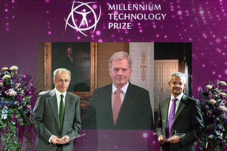 Mottagarna av Millenniumpriset för teknologi, professorerna Shankar Balasubramanian och David Klenerman från Cambridgeuniversitetet, tillsammans med president Sauli Niinistö. Foto: Markku Lempinen/TAF