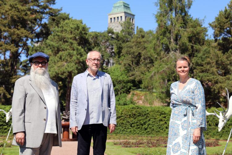 Timo Heino, curator Tapani Pennanen and Jenni Tieaho. Photo: Riikka Hietajärvi/The Office of the President of the Republic