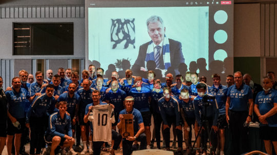 The Huuhkajat in a group photo with the President of the Republic. Photo: Jyri Sulander/Football Association of Finland
