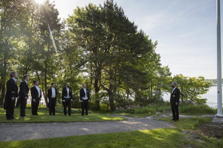 Lippujuhlan päivää vietetään aurinkoisessa säässä. Kuva: Jon Norppa/Tasavallan presidentin kanslia