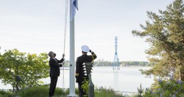 Presidentti Niinistö nosti lipun salkoon lippujuhlan päivän kunniaksi. Kuva: Jon Norppa/Tasavallan presidentin kanslia