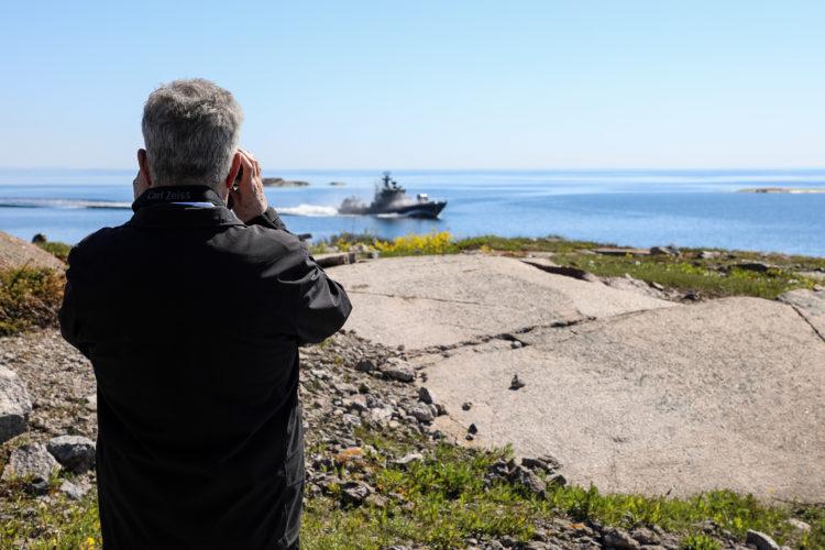 Presidentti Niinistö seuraa Ritva 21 -harjoituksessa Rauma-luokan alusten meritorjuntaohjusammuntoja. Kuva: Jouni Mölsä/Tasavallan presidentin kanslia