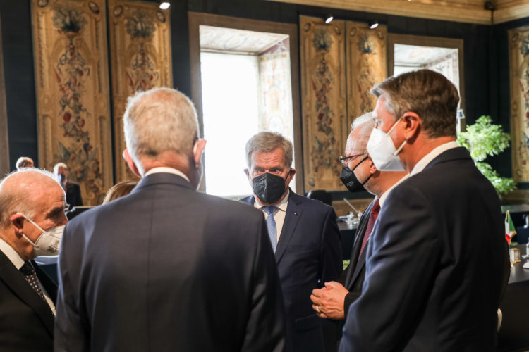 President Niinistö samtalar med Maltas president George Vella (till vänster), Österrikes president Alexander Van der Bellen, Lettlands president Egils Levits (andra från höger) och Sloveniens president Borut Pahor (till höger). Foto: Jouni Mölsä/Republikens presidents kansli