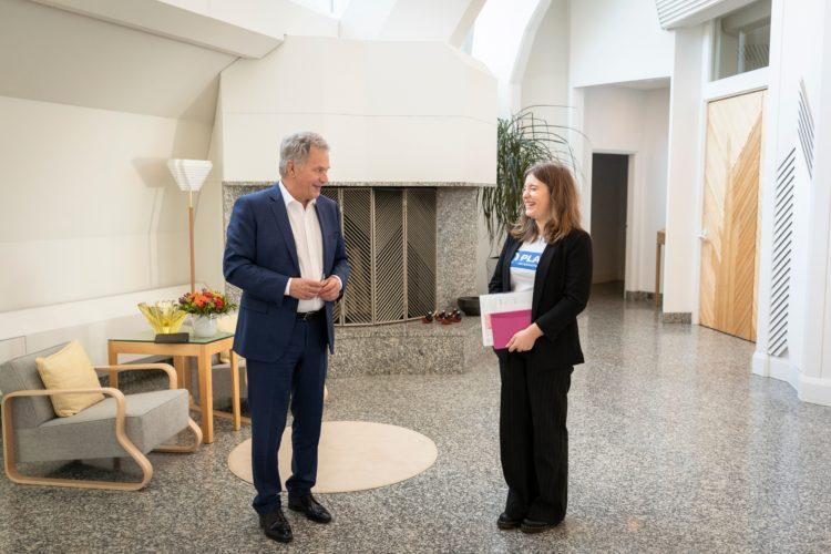 Presidentti Niinistö ja Nella Salminen Mäntyniemessä 6.10.2021. Kuva: Jon Norppa/Tasavallan presidentin kanslia