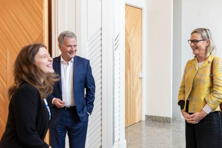 Presidentti Niinistö ja Nella Salminen tapasivat Naisjärjestöjen keskusliiton puheenjohtajan, kansanedustaja Eva Biaudet'n Mäntyniemessä 6.10.2021. Kuva: Jon Norppa/Tasavallan presidentin kanslia
